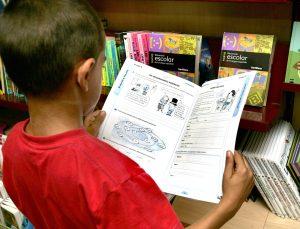 Niños de primaria con libros por las ayudas que dara el ayuntamiento para material escolar a familias con pocos recursos economicos./ Miranda de Ebro./ Avelino Gómez.